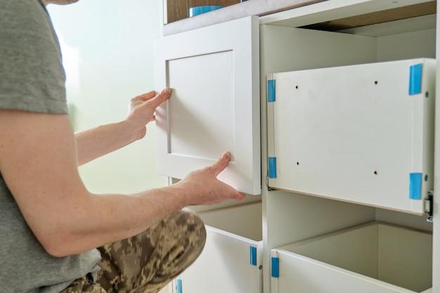 Primo piano del processo di assemblaggio di mobili da cucina