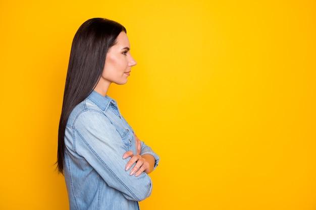 Closeup profilo vista laterale ritratto di bella ragazza candida braccia piegate candid