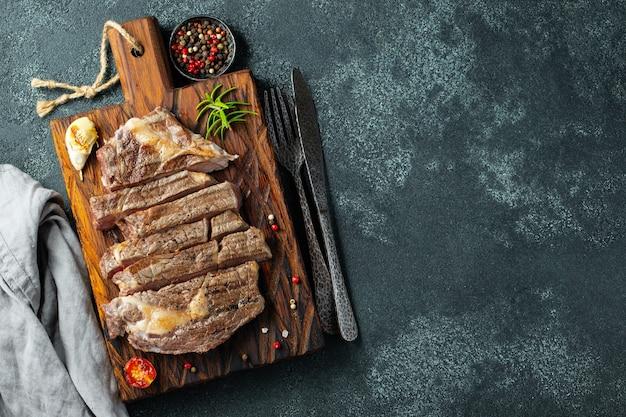 Primo piano pronto da mangiare bistecca ribeye.