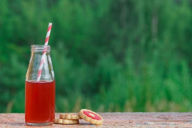 Primo piano di una bevanda rossa della disintossicazione con una cannuccia rossa