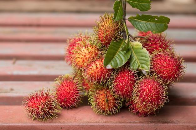 Closeup di rossi freschi rambutans