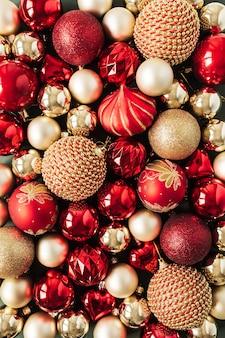 Primo piano delle palle di bagattelle di natale rosse e oro
