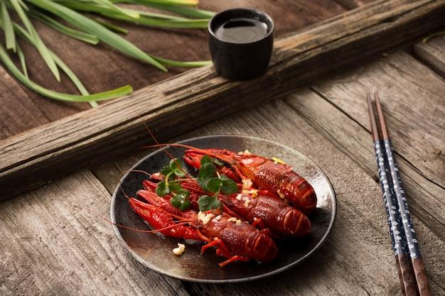 Gambero rosso del primo piano pronto da mangiare su una tavola di legno