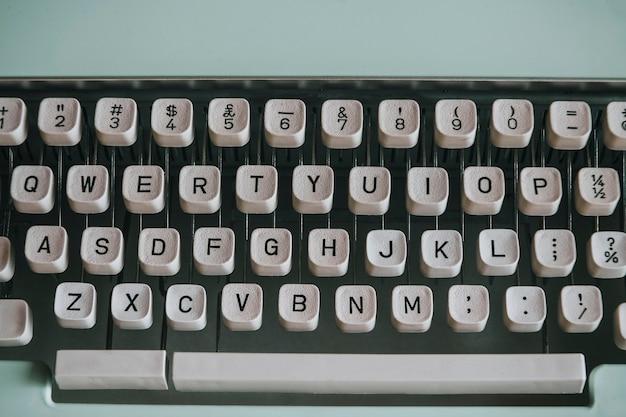 Primo piano di una macchina da scrivere retrò alla menta