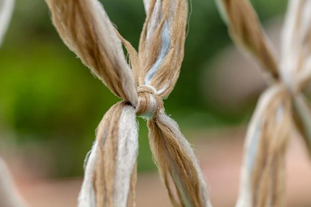 Primo piano della linea del nodo della corda legata insiemefuoco selettivo