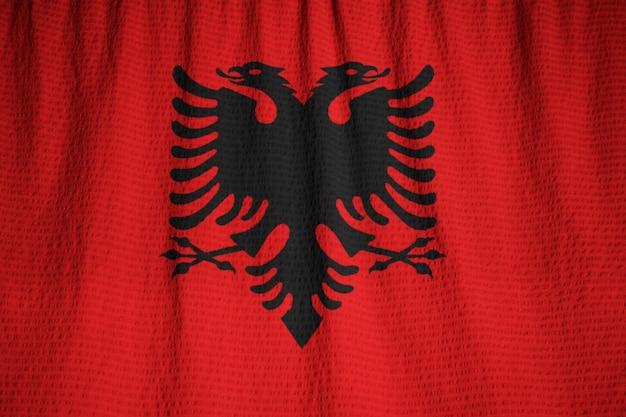 Primo piano della bandiera increspata dell'albania, bandierina dell'albania che salta in vento