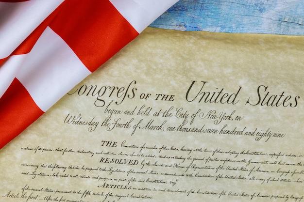 Primo piano della bandiera americana arruffata sul preambolo della costituzione degli stati uniti d'america