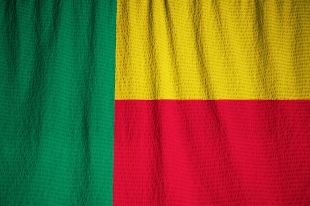 Primo piano della bandiera increspata del benin, bandiera del benin che soffia in vento