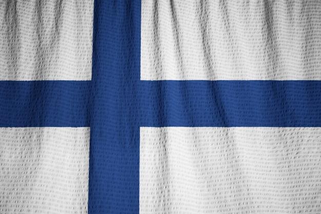 Primo piano della bandiera increspata della finlandia, bandiera della finlandia che soffia in vento