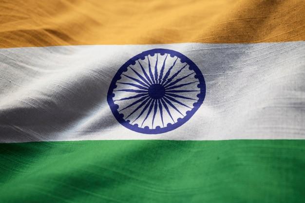 Primo piano della bandiera arruffata dell'india, bandiera dell'india che soffia in vento