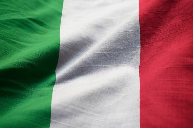 Primo piano della bandiera increspata dell'italia, bandierina dell'italia che salta in vento