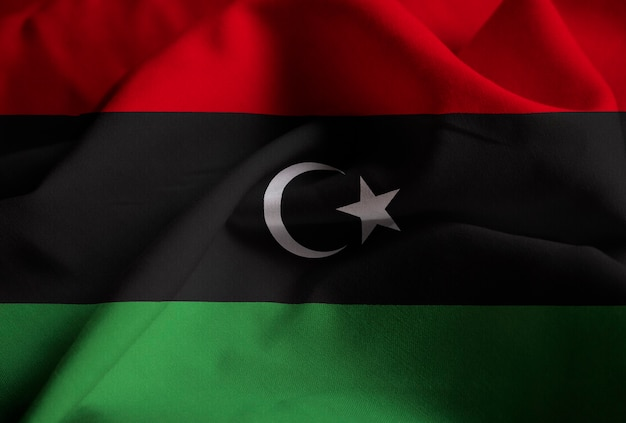 Primo piano della bandiera increspata della libia, bandiera della libia che soffia in vento