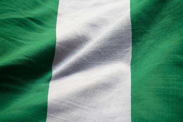 Primo piano della bandiera increspata della nigeria, bandiera della nigeria che soffia in vento