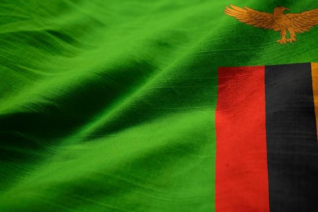 Primo piano della bandiera arruffata dello zambia, bandiera dello zambia che soffia in vento