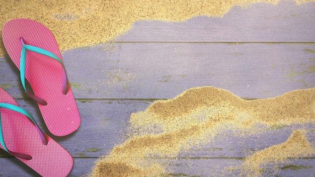 Primo piano spiaggia sabbiosa con sandalo su legno, sfondo estivo
