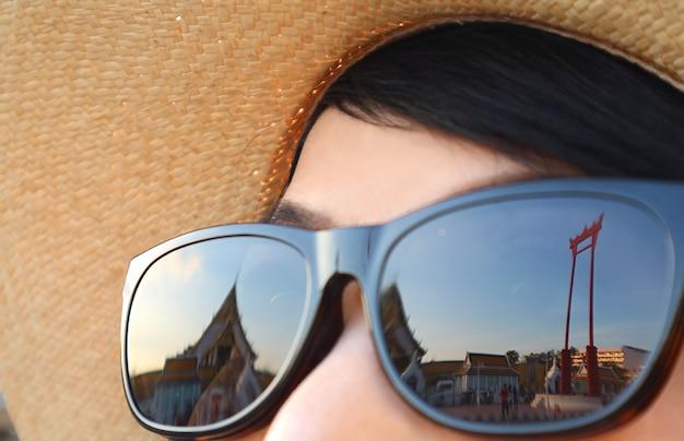 Primo piano di sao ching cha storica oscillazione gigante che riflette sugli occhiali da sole a bangkok thailand