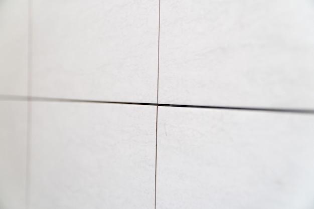 Primo piano delle cuciture tra le piastrelle lavori di finitura la tecnologia di posa delle piastrelle