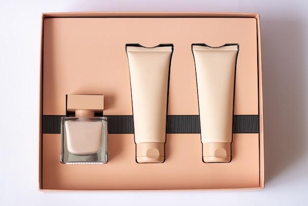 Primo piano di un set di gel doccia color crema all'acqua profumata in una confezione regalo