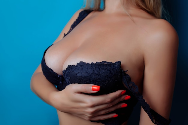 Primo piano di seni sexy in seno di donna reggiseno o grandi tette naturali in chirurgia plastica lingerie