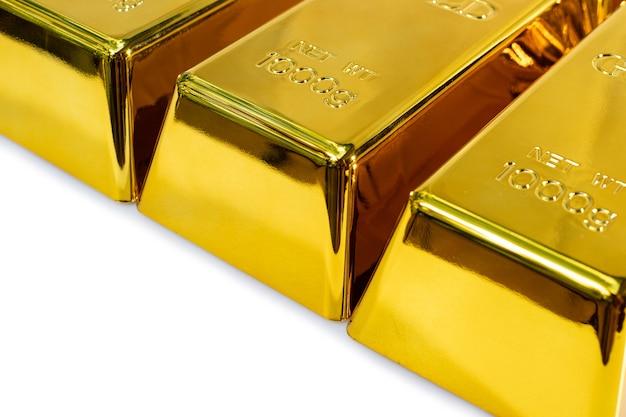Primo piano lucido un lingotto d'oro 1 kg su sfondo bianco