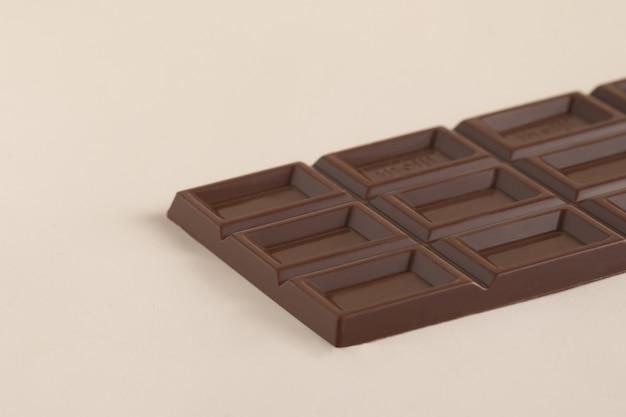 Colpo del primo piano di una barretta di cioccolato al latte