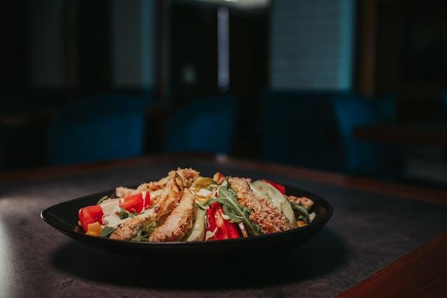 Colpo del primo piano di una ciotola di deliziosa insalata di pollo