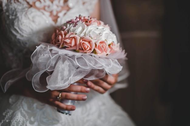 Primo piano di una sposa che tiene in mano un bellissimo bouquet