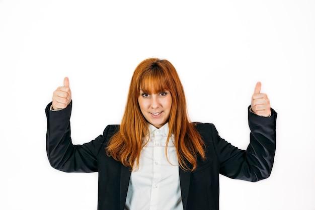 Colpo del primo piano di una donna d'affari che esprime successo su un muro isolato