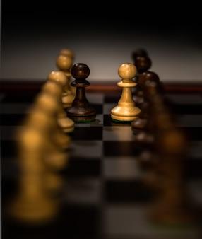Primo piano di figure di scacchi su una scacchiera con uno sfocato