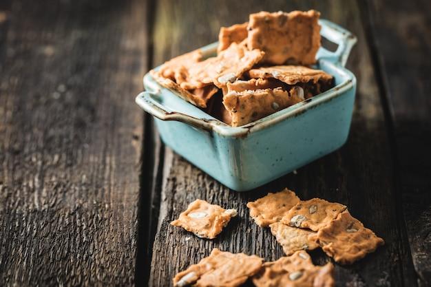 Colpo del primo piano di cracker al cioccolato nel piatto blu