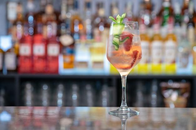 Primo piano di un bicchiere di cocktail rinfrescante in un bar