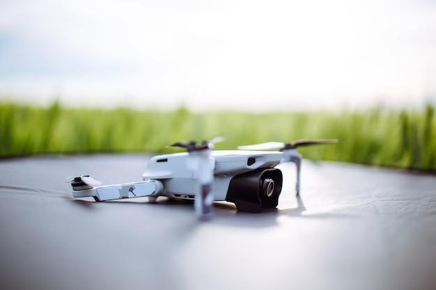 Un primo piano di un drone sdraiato sulla superficie verde.