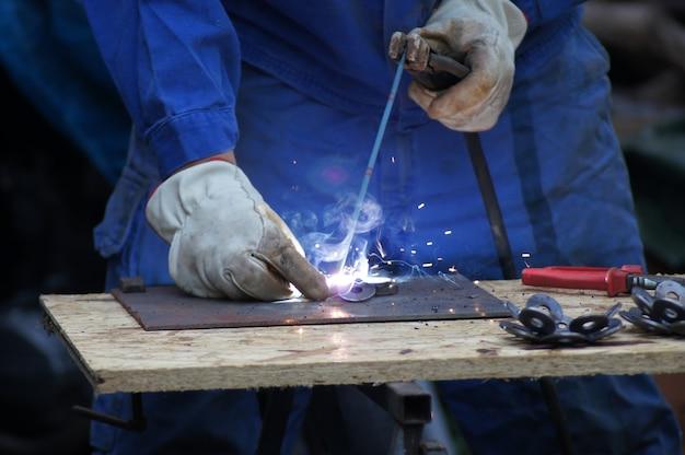Colpo del primo piano del saldatore del metalmeccanico al lavoro
