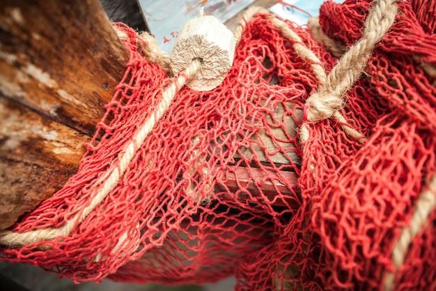 Primo piano della rete in fibra naturale su una vecchia barca di legno