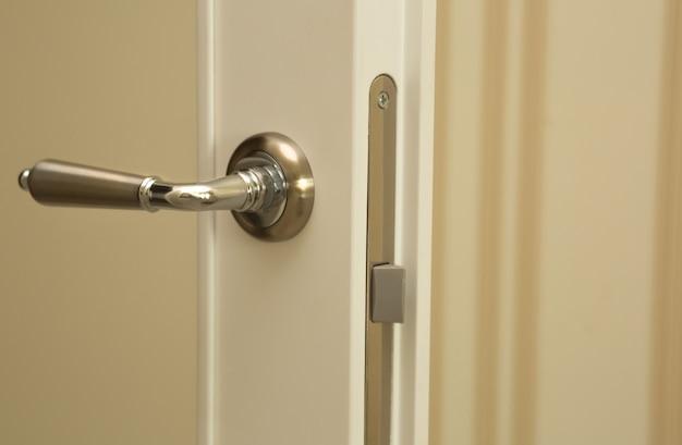 Colpo del primo piano della nuova maniglia della porta divisoria beige. spazio per il testo