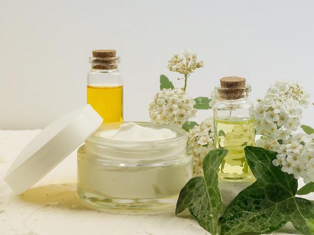 Colpo del primo piano di olio biologico e crema. disposizione cosmetica verde