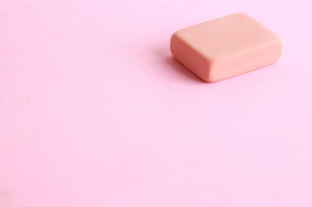 Colpo del primo piano della gomma rosa