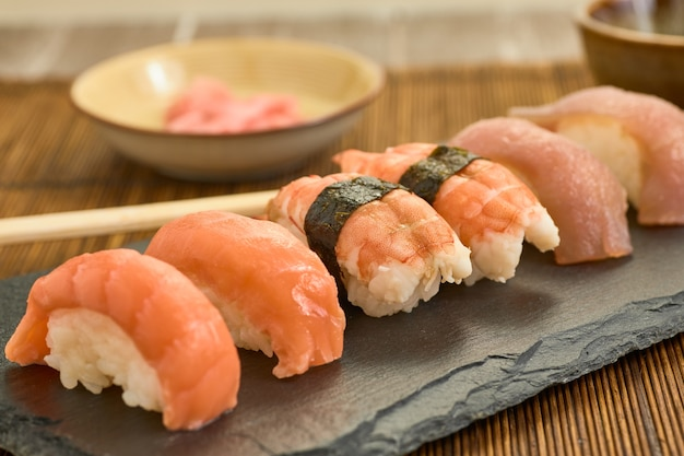 Un colpo di salmone nigiris closeup su una tavola