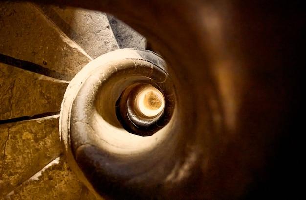 Colpo del primo piano delle scale di pietra a spirale