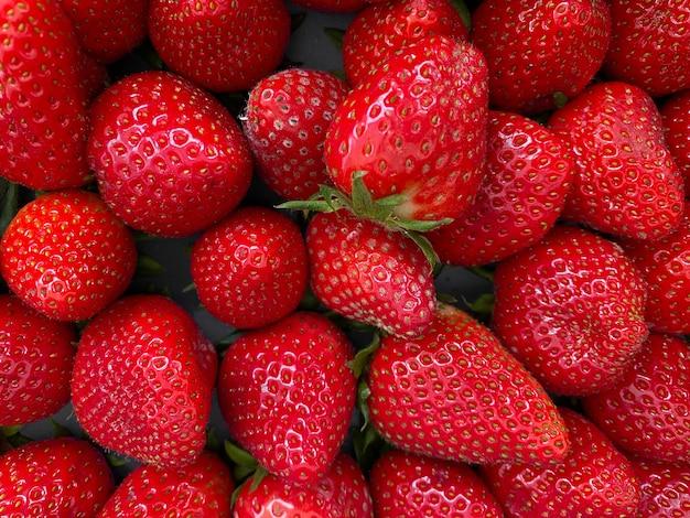 Colpo del primo piano delle fragole fresche succose rosse vibranti