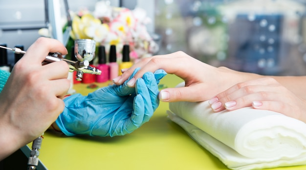 Il primo piano ha sparato di una donna in un salone dell'unghia che riceve un manicure