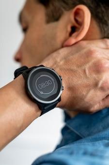Primo piano di uno smartwatch al polso di un uomo