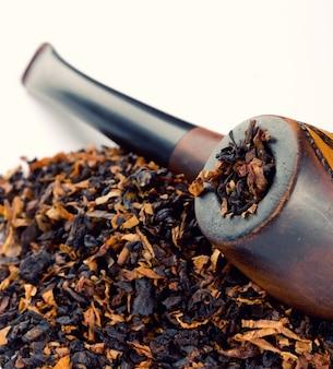 Primo piano di pipa e tabacco
