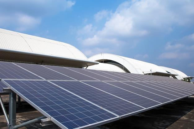 Primo piano i pannelli solari installati sul tetto dell'edificio