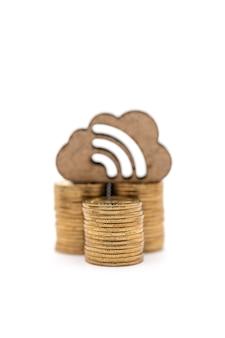 Primo piano della pila di monete d'oro con nuvola di legno e icona wifi su sfondo bianco