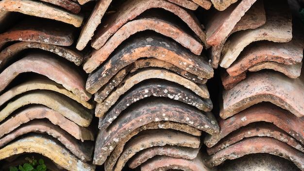Primo piano di una pila di vecchie piastrelle di ceramica