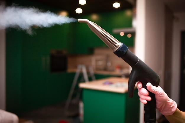 Ugello uscente del vapore del primo piano della macchina di pulizia del vapore alla mano