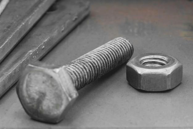 Primo piano piastra in acciaio e bullone e dado, la dimensione del dado è 3/8 inc.