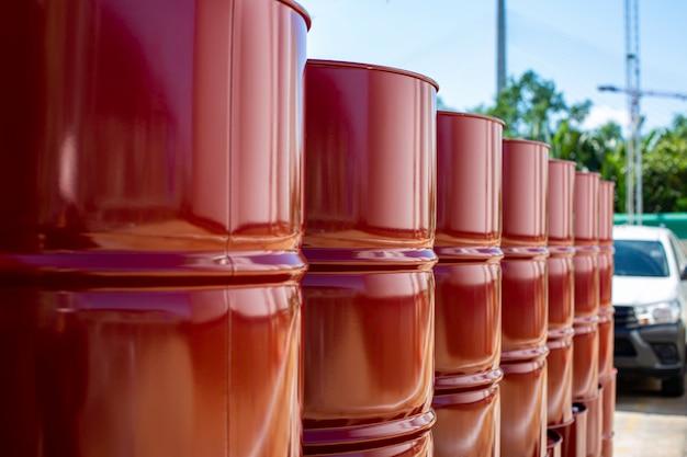 Barili di petrolio del serbatoio del primo piano rossi o fusti di sostanze chimiche impilati verticalmente