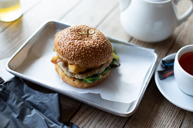 Primo piano di gustoso hamburger sul tavolo di legno